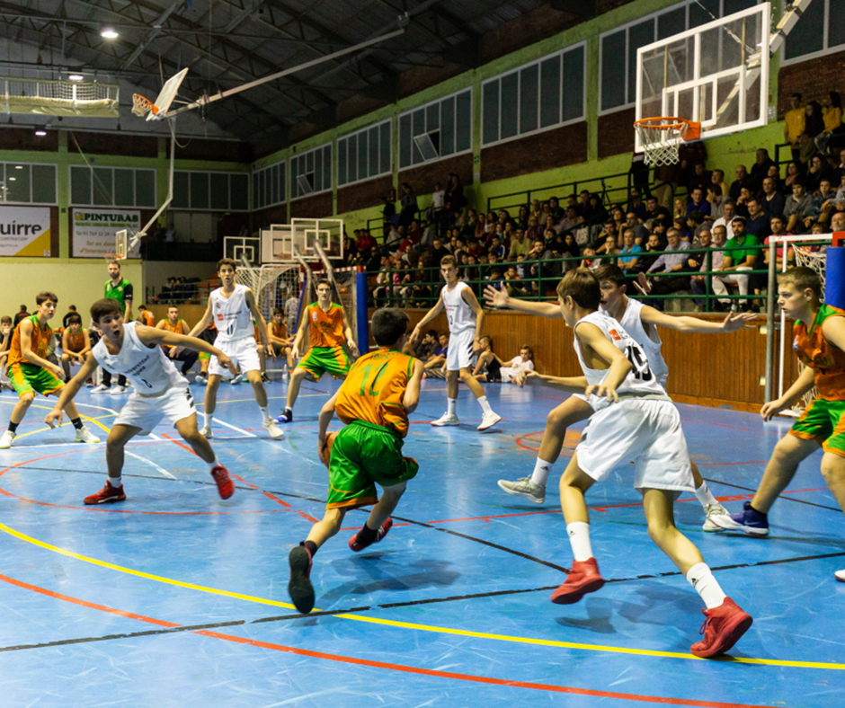 Una acció del partit amb la conducció del Tomàs Arnijas. Foto: Joan Maria Arenaza