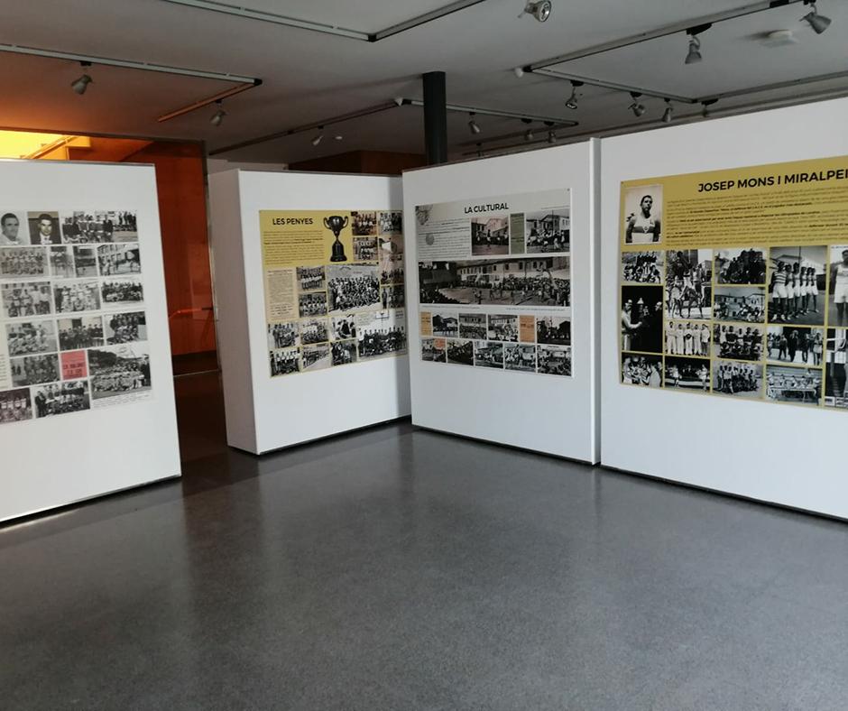 Alguns dels panells que recorden la història del bàsquet a Calella. Foto: Joanitu Claramunt