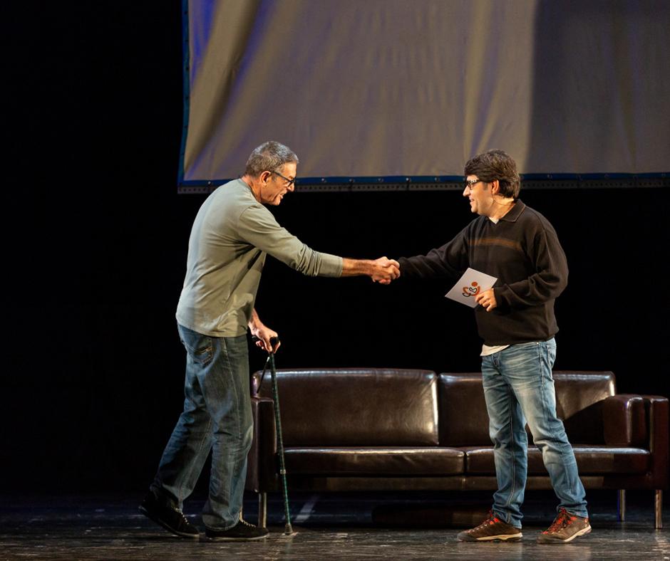 """""""Vaques sagrades"""". En Lluís Ferrer puja a l'escenari. Foto: Joan Maria Arenaza"""