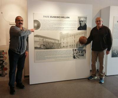 En Rufus Serra i en Castro, al costat del panell que recorda el pare Millán. Foto: Joanitu Claramunt