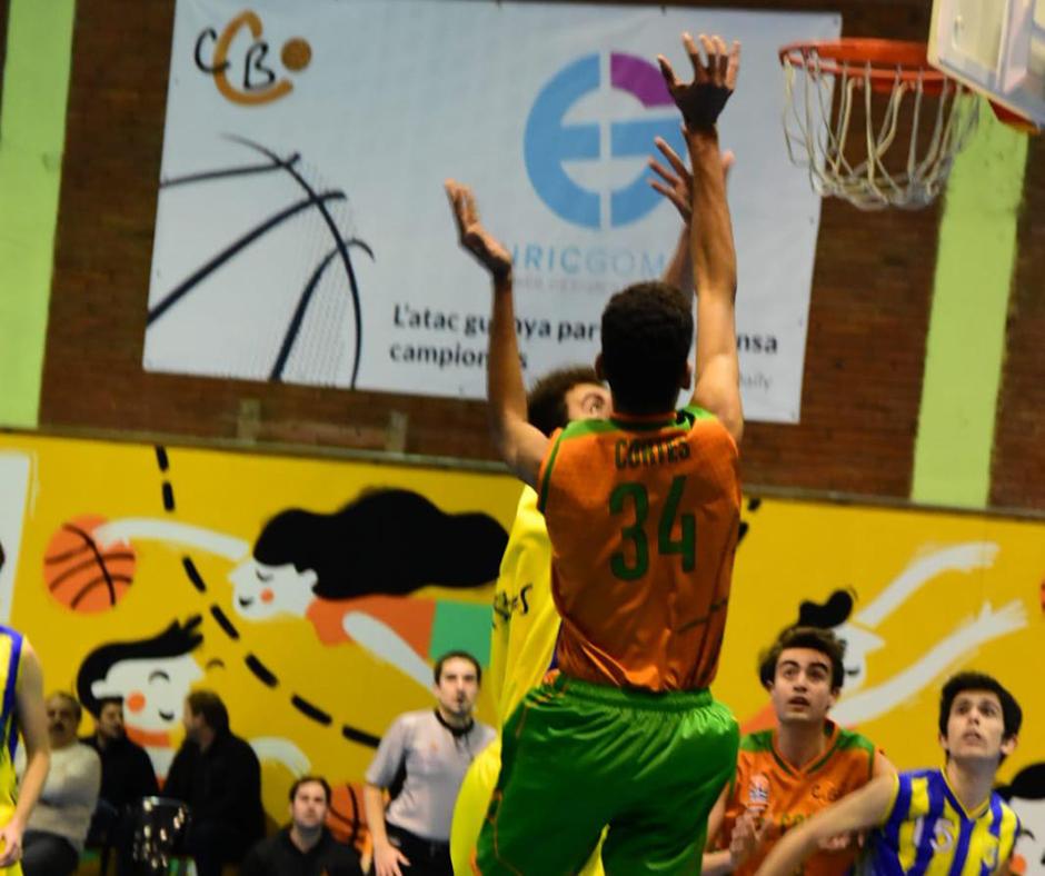 CB Calella - En David Cortés aixeca la seva alçada. Foto: Esther Pujol
