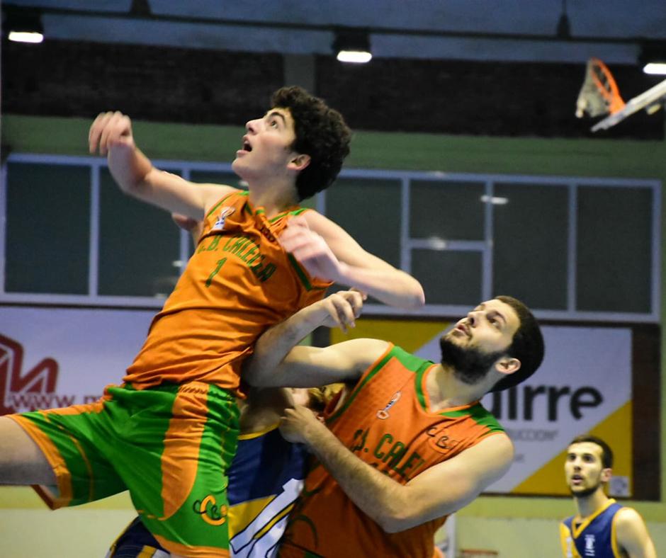 CB Calella - Jofre Padrós i Uri Valls en una posició acrobàtica. Foto: Esther Pujol