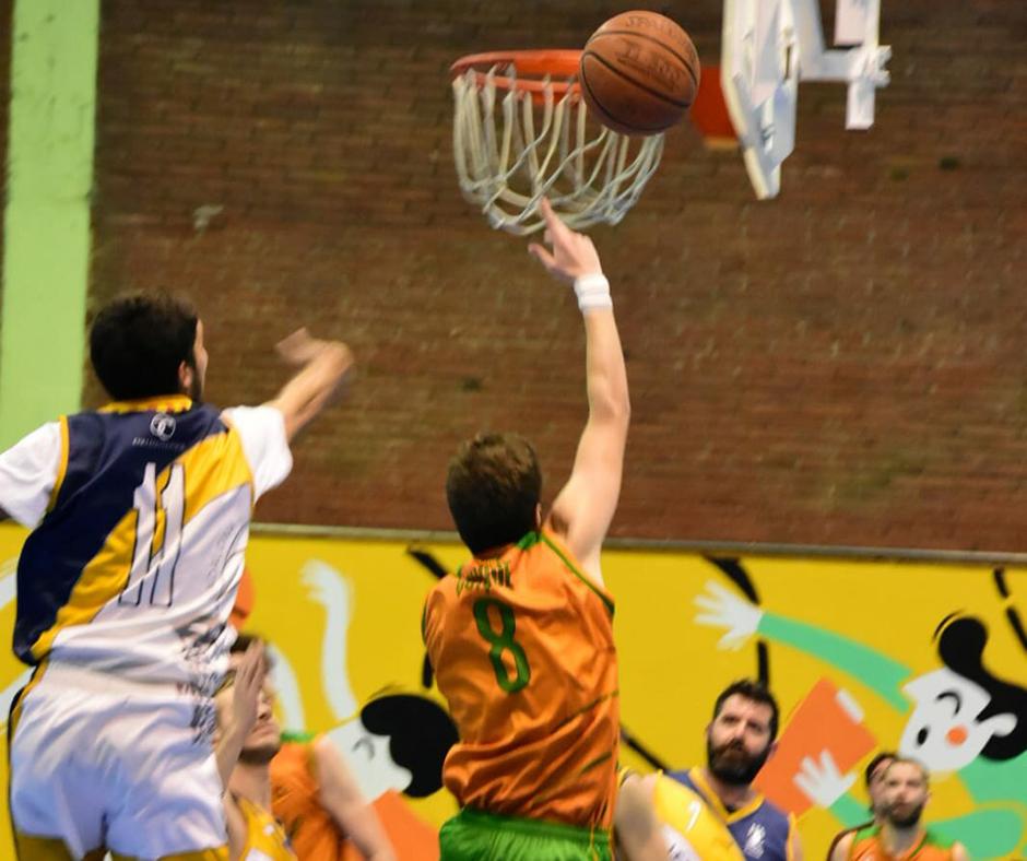 CB Calella - Quique Camacho buscant els dos punts. Foto: Esther Pujol