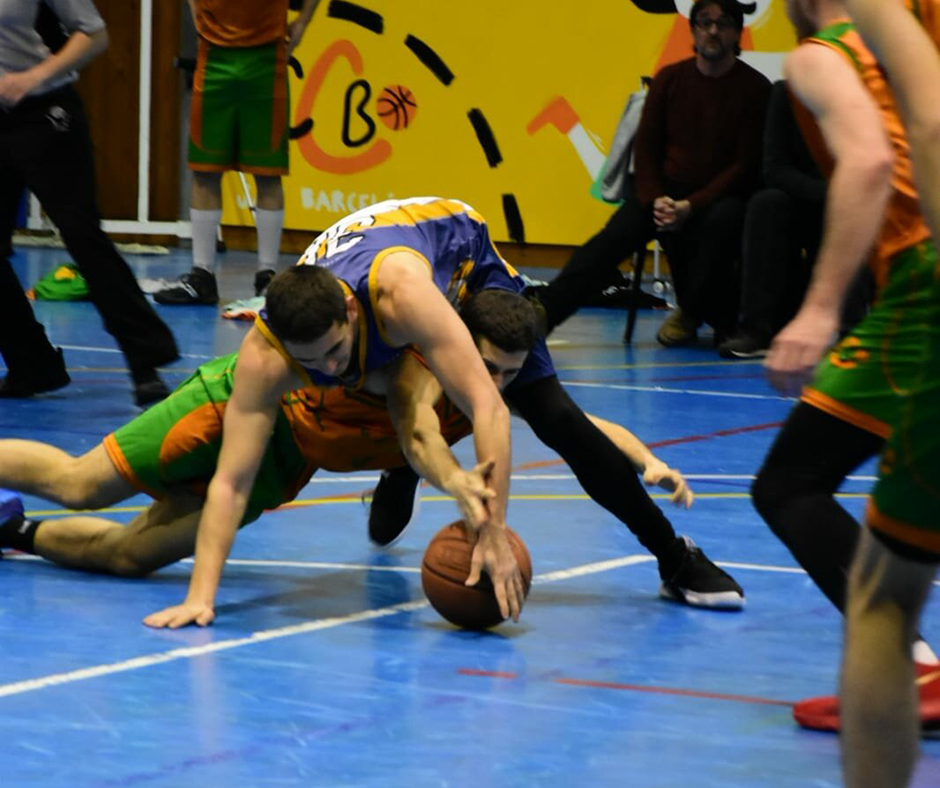 CB Calella - Fent figures de gimnàstica al partit. Foto: Esther Pujol