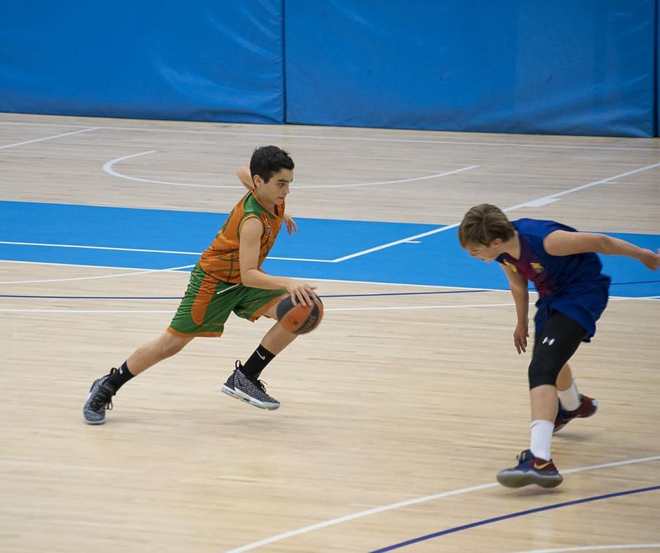 CB Calella - L'Armand, a punt de superar un rival. Foto: Ivan Lluís