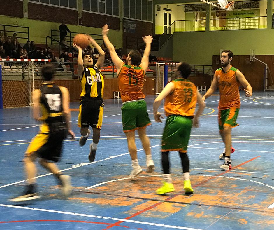 CB Calella - En Ferran Valls defensant el tir d'un rival