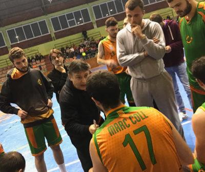 CB Calella - Álex Muñoz donant ordres a Marc Coll a l'últim partit en què s'asseu a la banqueta