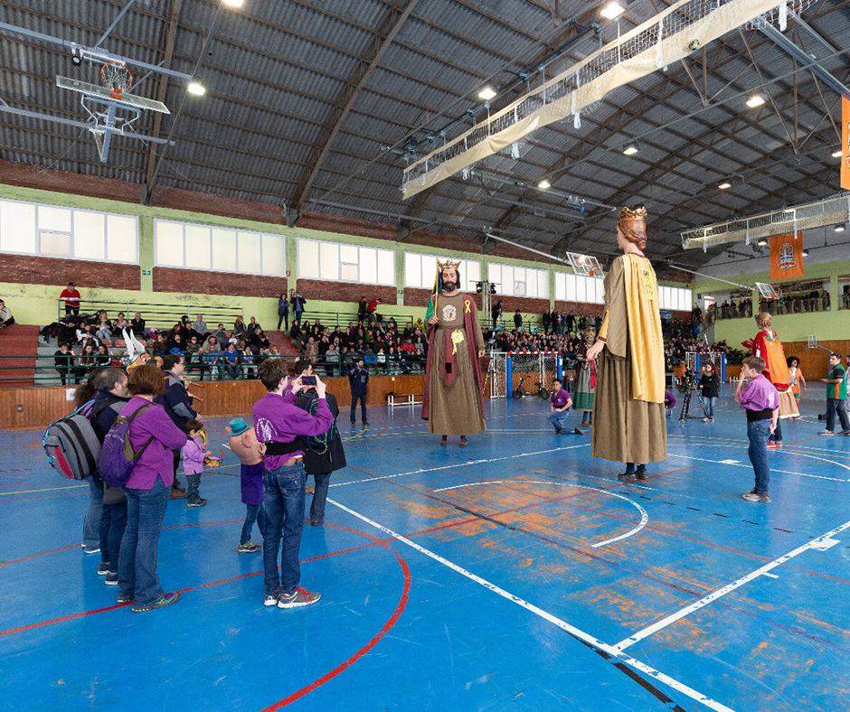 """CB Calella - La colla de geganters i geganteres de Calella fent el seu ball al pavelló municipal """"Parc Dalmau"""". Foto: Joan Maria Arenaza"""