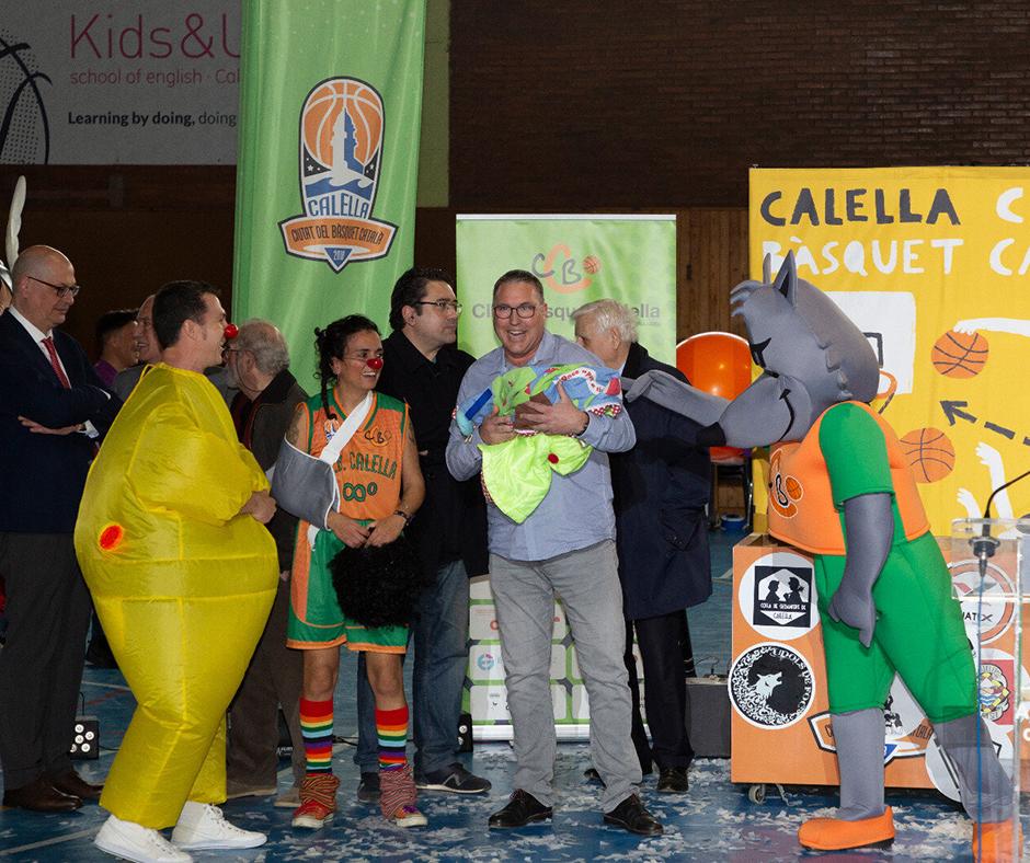 CB Calella - El president del CB Calella, David Fors, agafa en braços la nova criatura nascuda que faran créixer a Reus. Foto: Joan Maria Arenaza