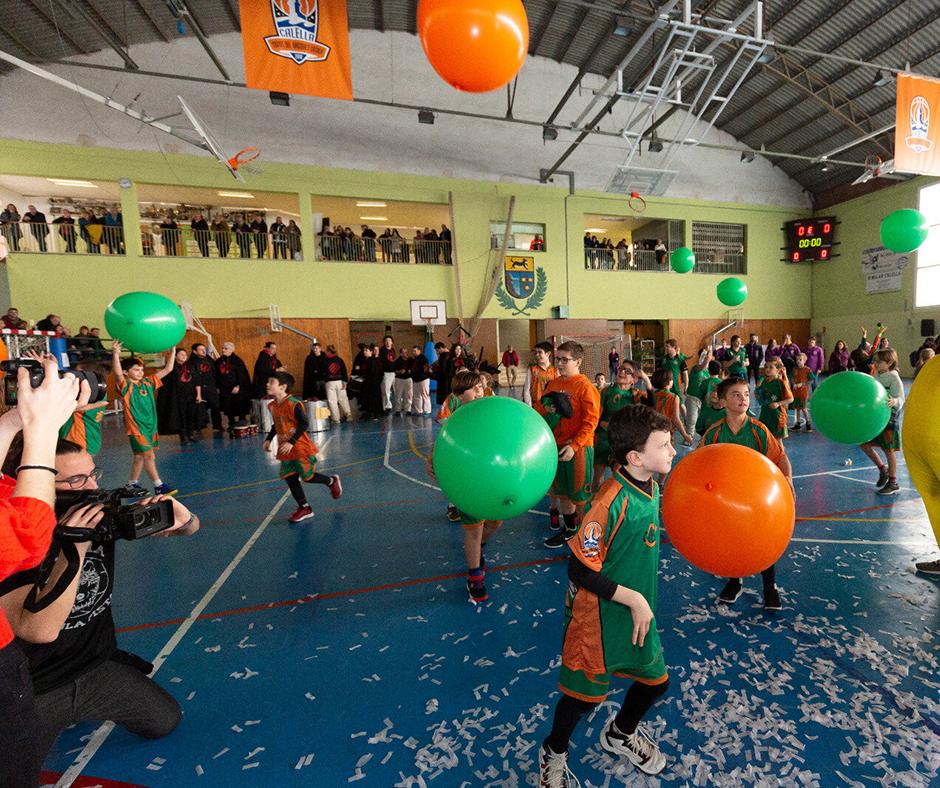 CB Calella - La festa s'ha acabat amb uns globus gegants amb els colors del club. Foto: Joan Maria Arenaza