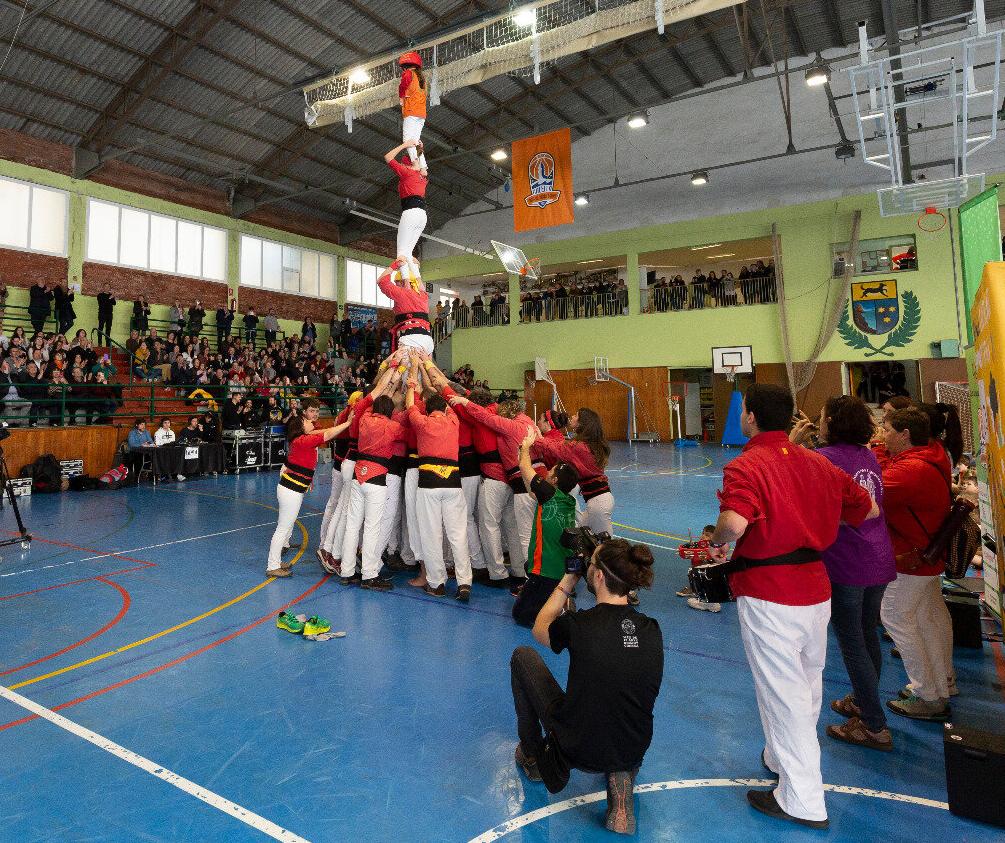 CB Calella - Els maduixots aixecant un pilar. Foto: Joan Maria Arenaza
