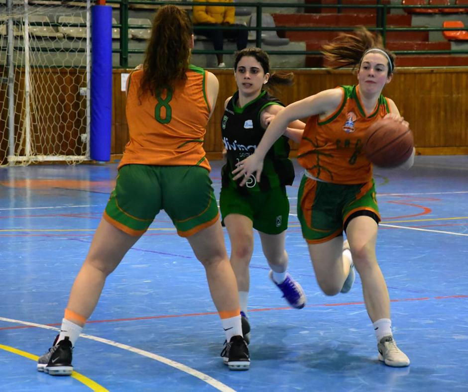 CB Calella - La Mireia Farreras s'aprofita del bloc de la Paula Romero. Foto: Esther Pujol