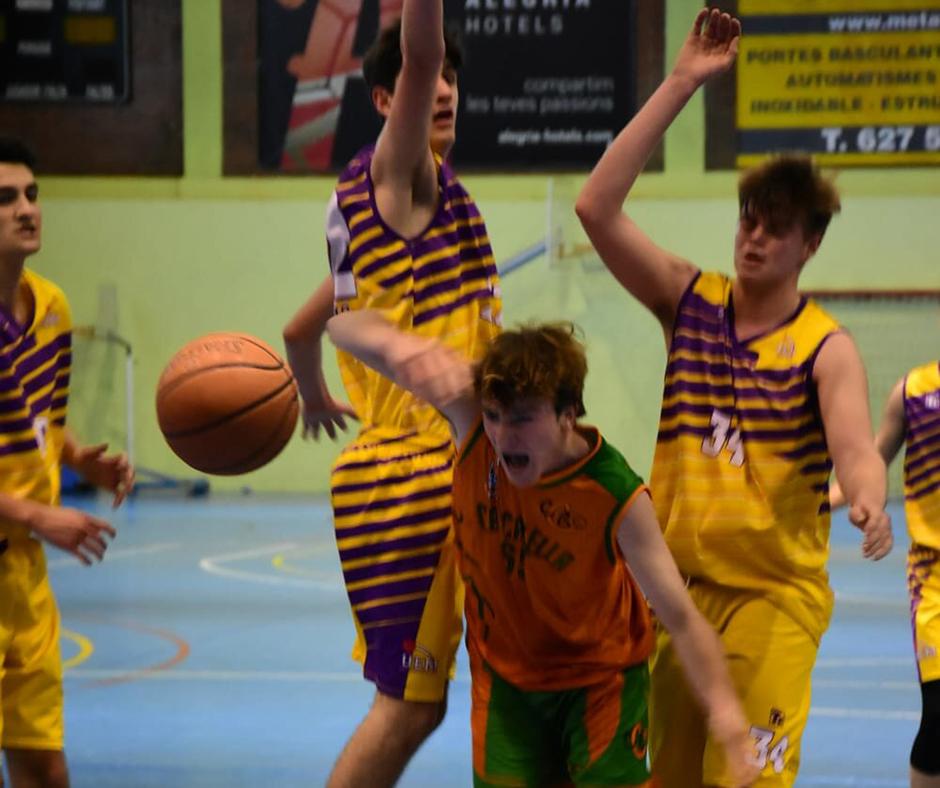 CB Calella - En Jan Claramunt intenta escapolir-se de dos jugadors de la UE Mataró. Foto: Esther Pujol