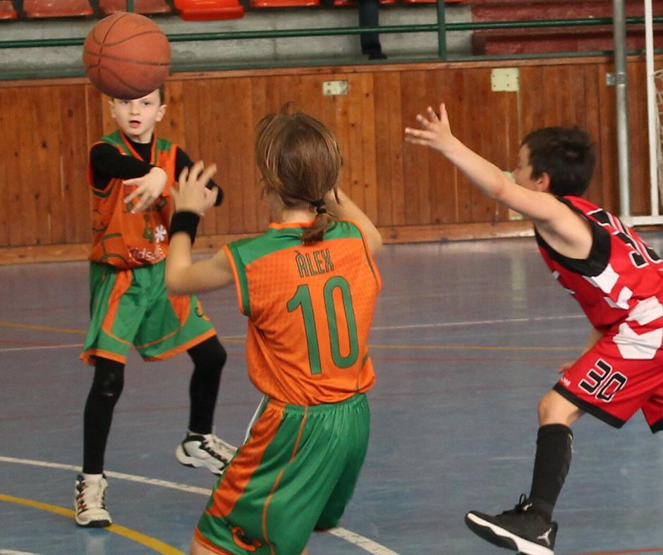 CB Calella - Així ens passem la pilota. Foto: Marta Puig