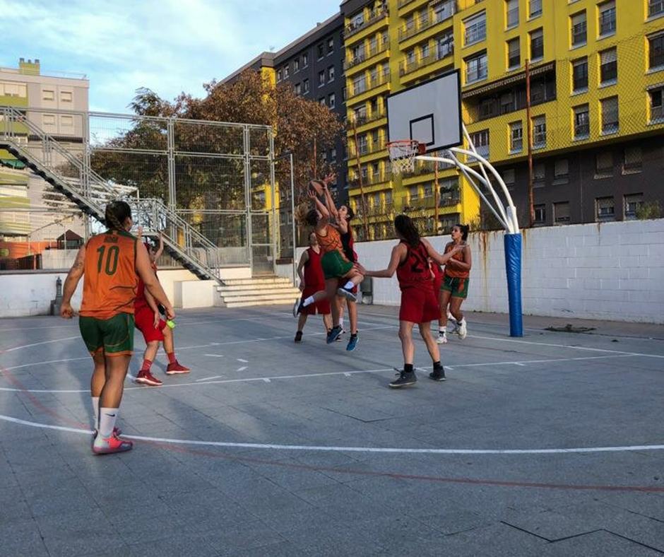 CB Calella - Una acció del partit al pati de col·legi del Canyelles Nou Barris
