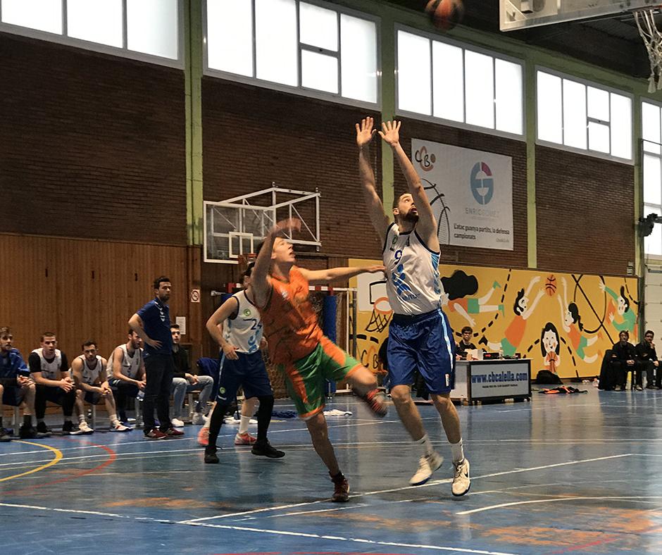 CB Calella - En Quim Serra tirant acrobàticament a cistella