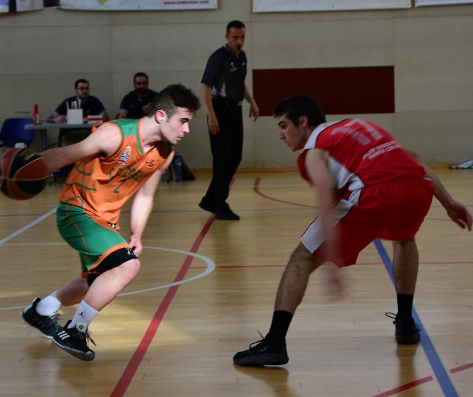 CB Calella - Marc Puig encarant un rival. Foto: Esther Pujol