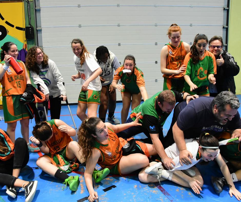 CB Calella - L'alegria del nostre júnior femení. Els entrenadors, a terra. Foto: Esther Pujol