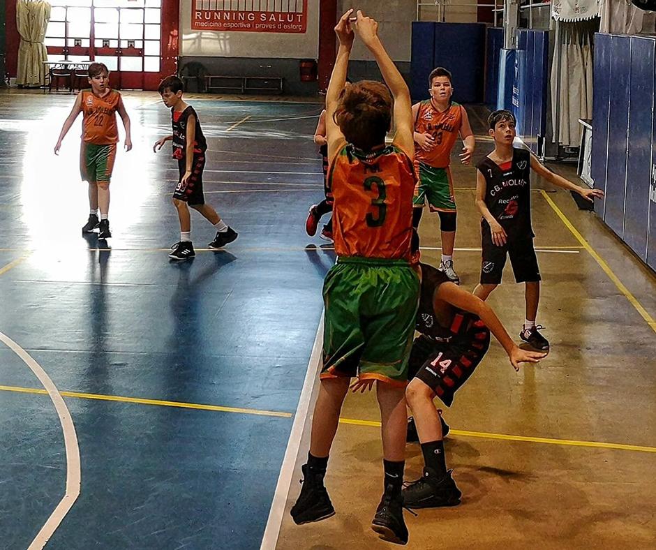CB Calella - En Pol Girardin tirant a cistella. Foto: Quim Plà