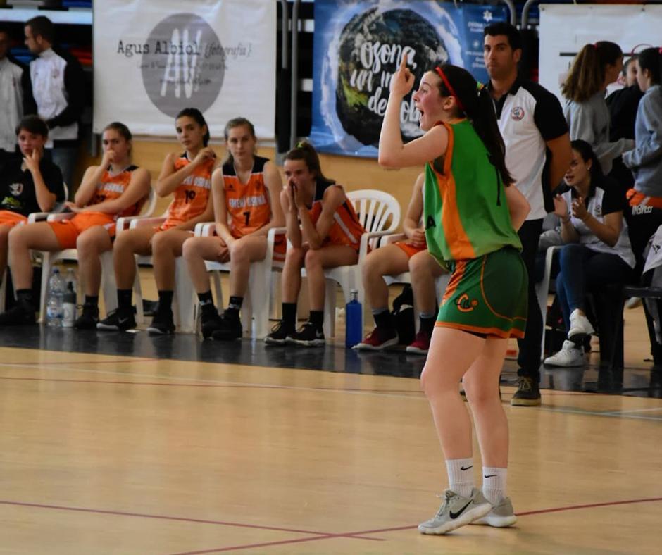 CB Calella - La Mireia Farreras marcant jugada. Foto: Esther Pujol