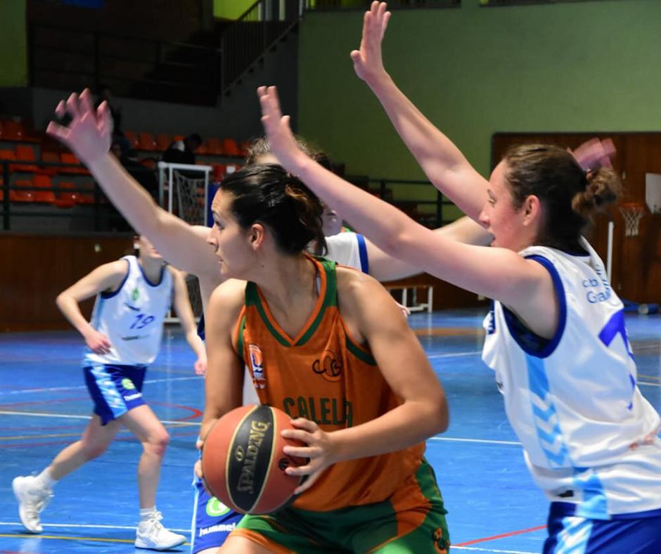 CB Calella - La Laura Marquès defensant la possessió. Foto: Esther Pujol
