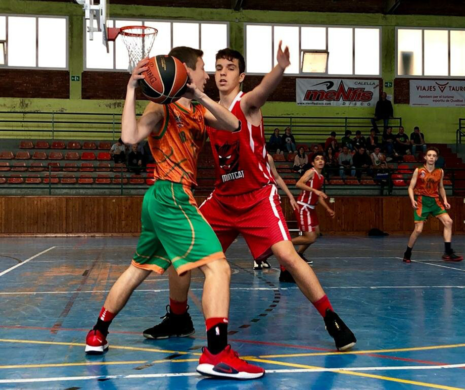CB Calella - En Pau Costa intenta superar l'oposició d'un rival. Foto: Francesc Membrives