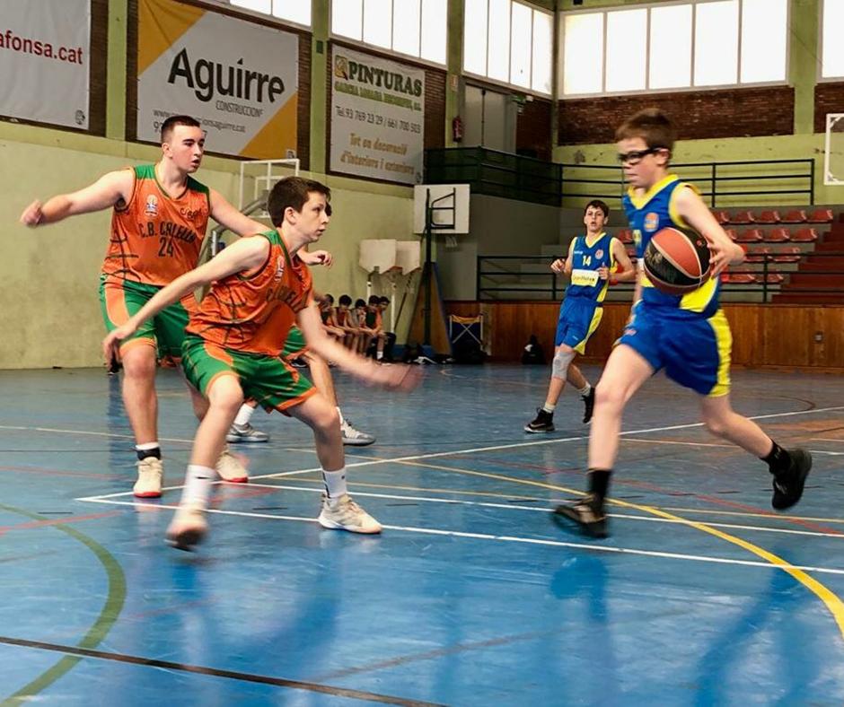 CB Calella - En Genís i en Pau tallen la penetració d'un rival. Foto: Francesc Membrives