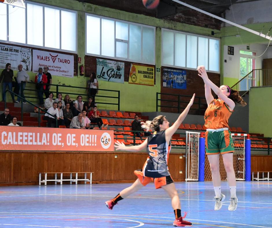 CB Calella - La Mireia Farreras provant el tir exterior. Foto: Esther Pujol