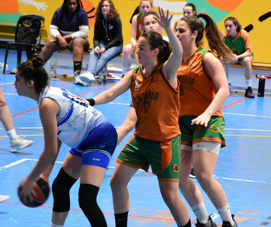 CB Calella - La Martina i la Paula defensant. Foto: Esther Pujol