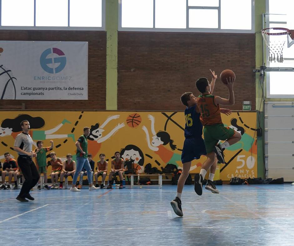 CB Calella - L'Aleix Ferrero superant l'oposició d'un rival de cara a cistella. Foto: Ivan Lluís