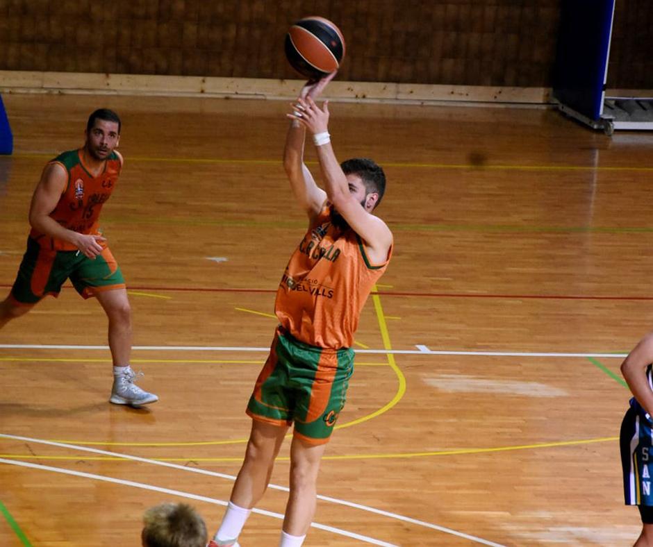 CB Calella - Quique Camacho elevant-se i llançant a cistella. Foto: Esther Pujol