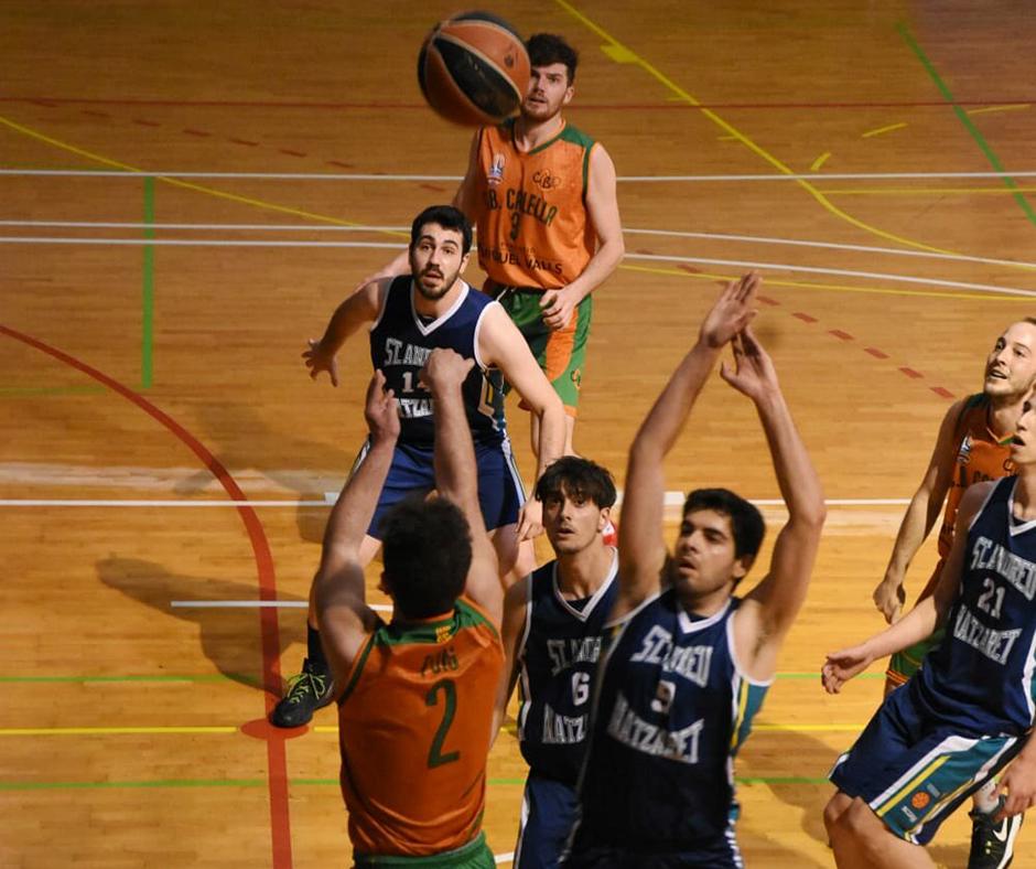 CB Calella - Marc Puig aixecant-se sobre els defensors. Foto: Esther Pujol