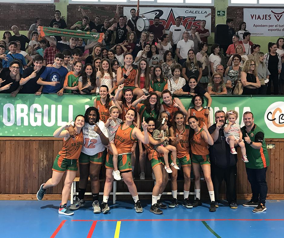"""CB Calella - L'equip celebra el triomf amb l'afició, els """"Orgull verd-i-taronja"""""""