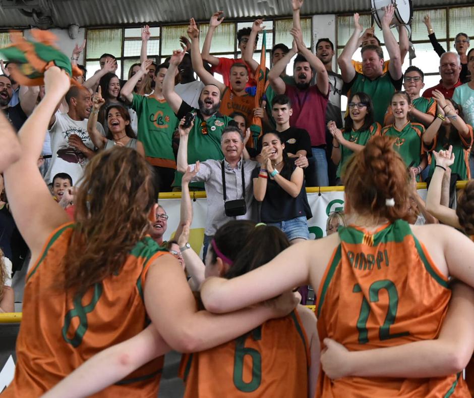 """CB Calella - Els """"Orgull verd-i-taronja"""" celebren la victòria de les nostres júnior. Foto: Esther Pujol"""