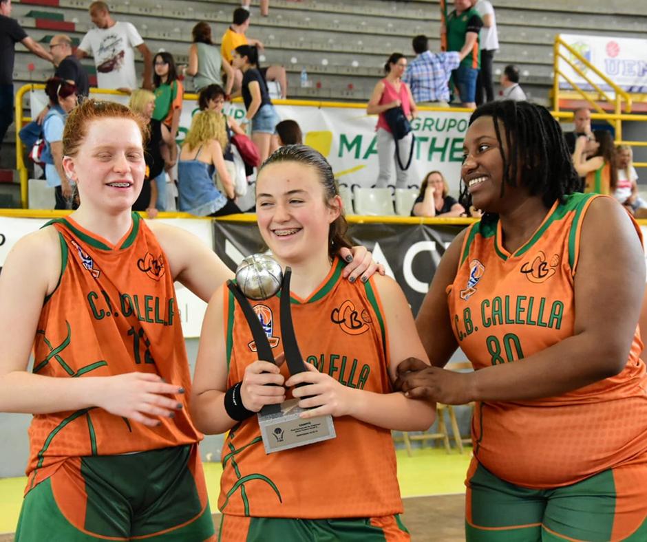 CB Calella - L'Aïna, la Martina i la Jena amb la Copa. Foto: Esther Pujol
