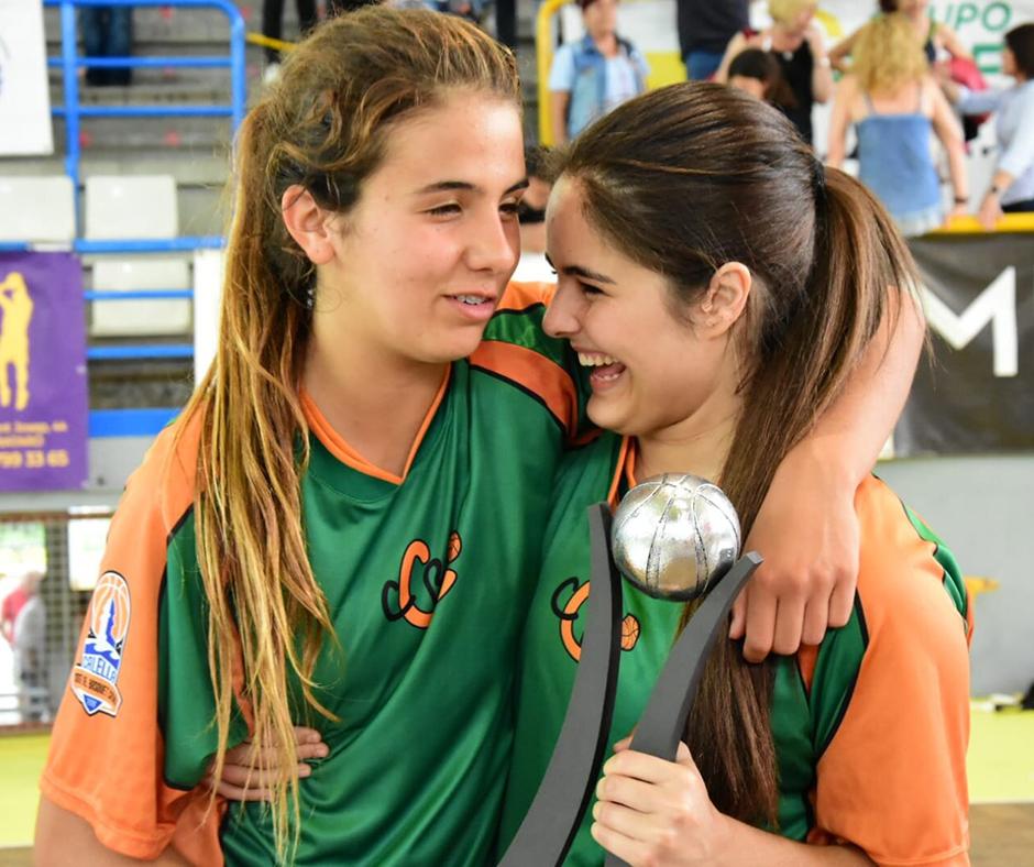 CB Calella - La Júlia i la Cristina amb el trofeu de campiones. Foto: Esther Pujol