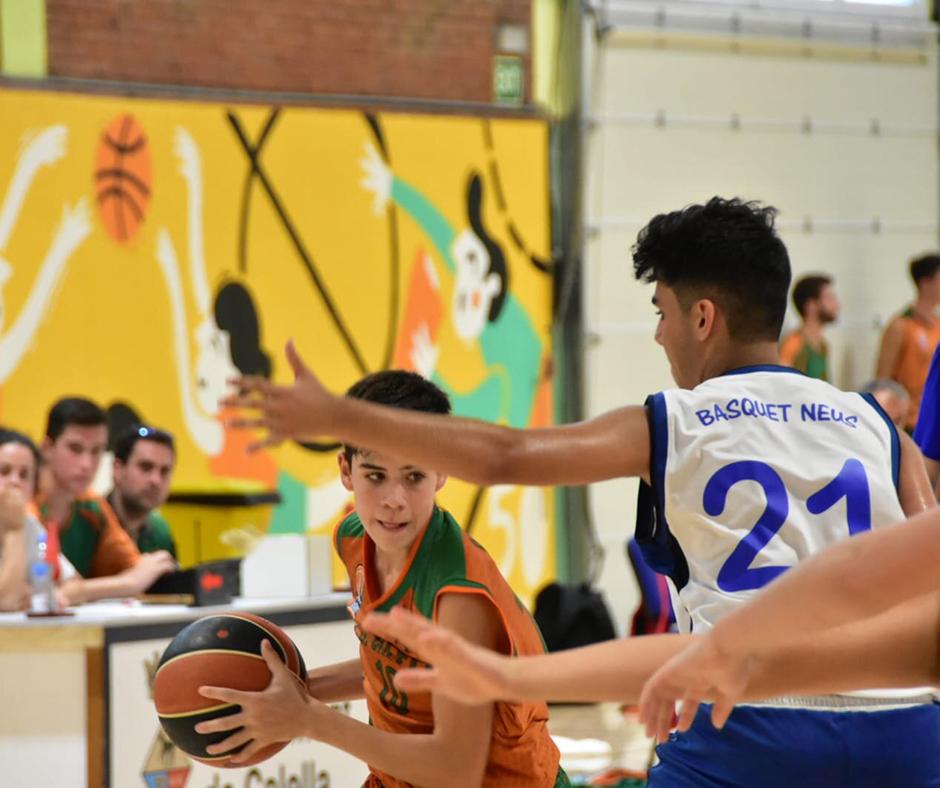 CB Calella - L'Arnau Fors en una acció del partit conta el Bàsquet Neus. Foto: Esther Pujol