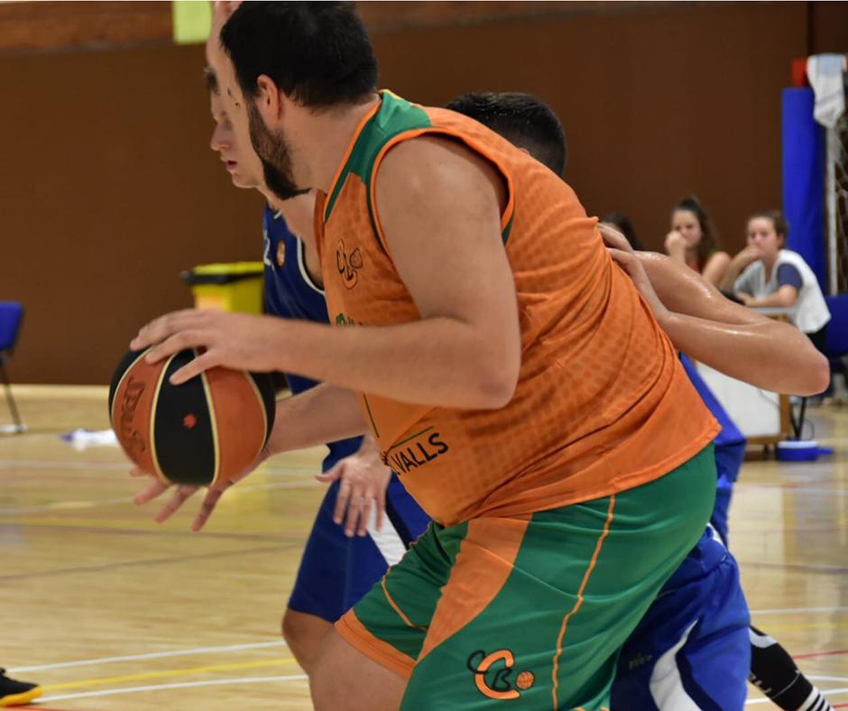 CB Calella - Raúl Castillo guanyant-se la posició. Foto: Esther Pujol