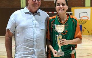 CB Calella - El president, David Fors, amb Marina Camps i el trofeu de campiones. Foto: Esther Pujol