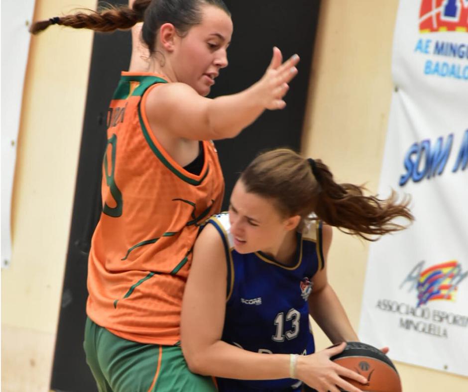 CB Calella - La Jordina Sistac defensant una rival de l'AE Minguella. Foto: Esther Pujol