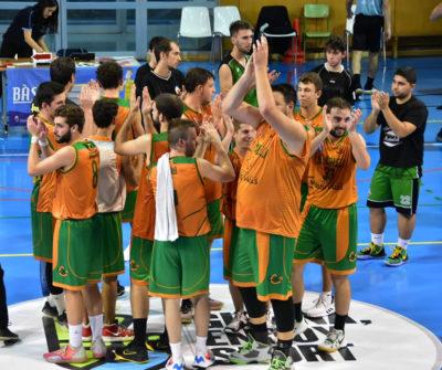 CB Calella - El sènior celebra la primera victòria a la Lliga. Foto: Esther Pujol