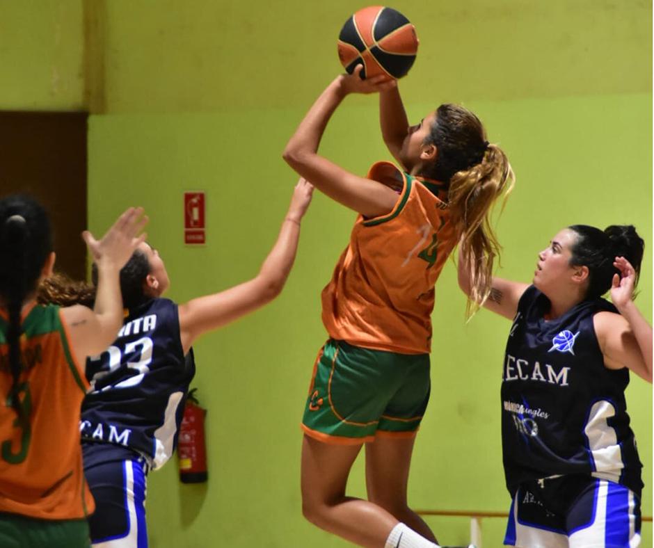 CB Calella - La Júlia Casellas aixecant-se cap a cistella. Foto: Esther Pujol