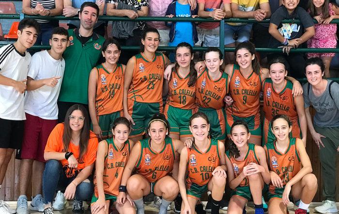 CB Calella - L'infantil celebra el triomf contra el Pineda amb l'afició