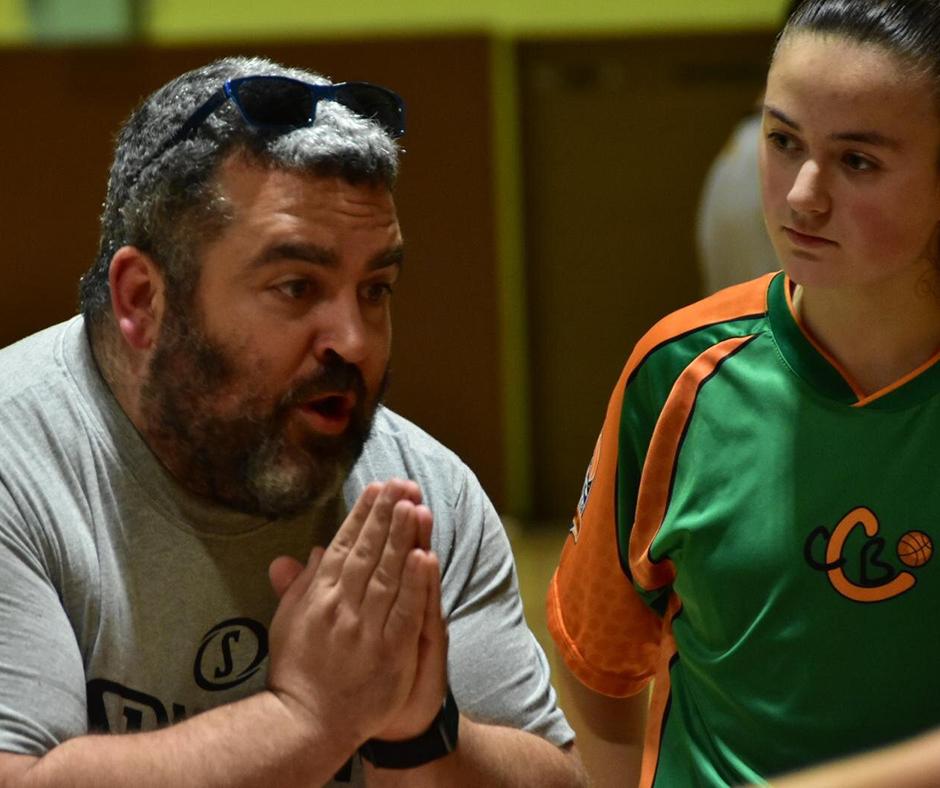 CB Calella - Jordi Fiérrez, el segon entrenador, donant explicacions en un temps mort. Foto: Esther Pujol