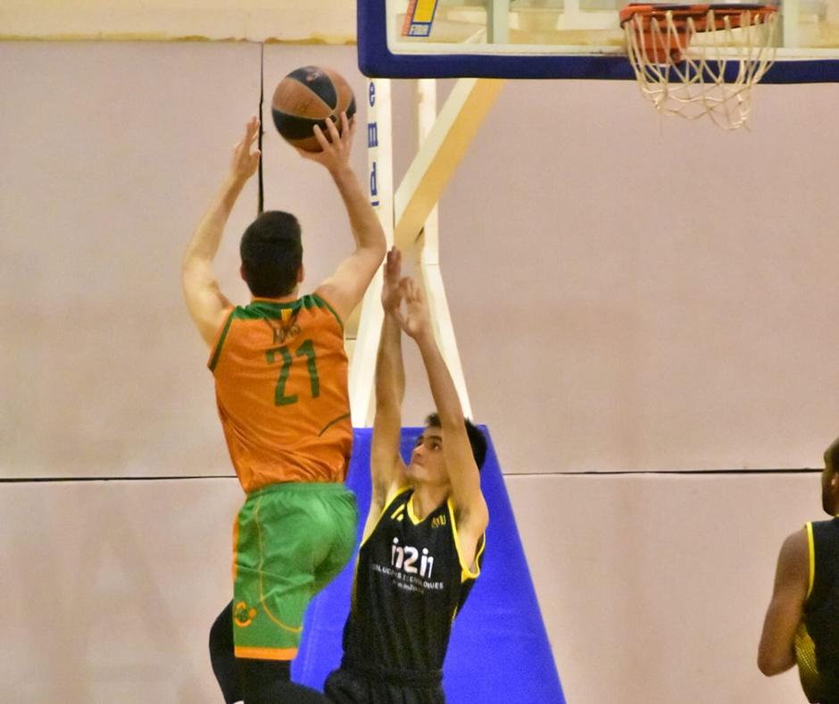 CB Calella - L'Aniol Fors mostra la seva força física en el salt. Foto: Esther Pujol