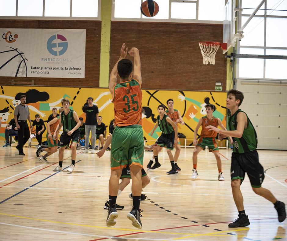 CB Calella - En Nil Pascual intenta un dels pocs triples de l'equip. Foto: Ivan Lluís