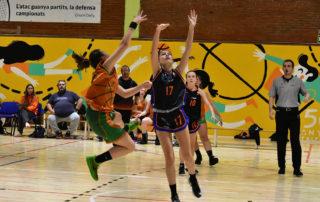 CB Calella - La Martina Berney llança a cistella en posició acrobàtica. Foto: Esther Pujol