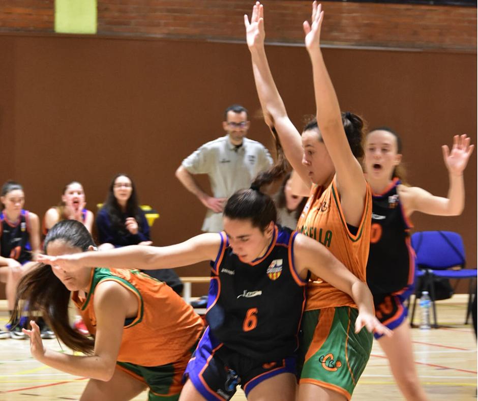 CB Calella - La Jordina Sistac defensa la posició. Foto: Esther Pujol