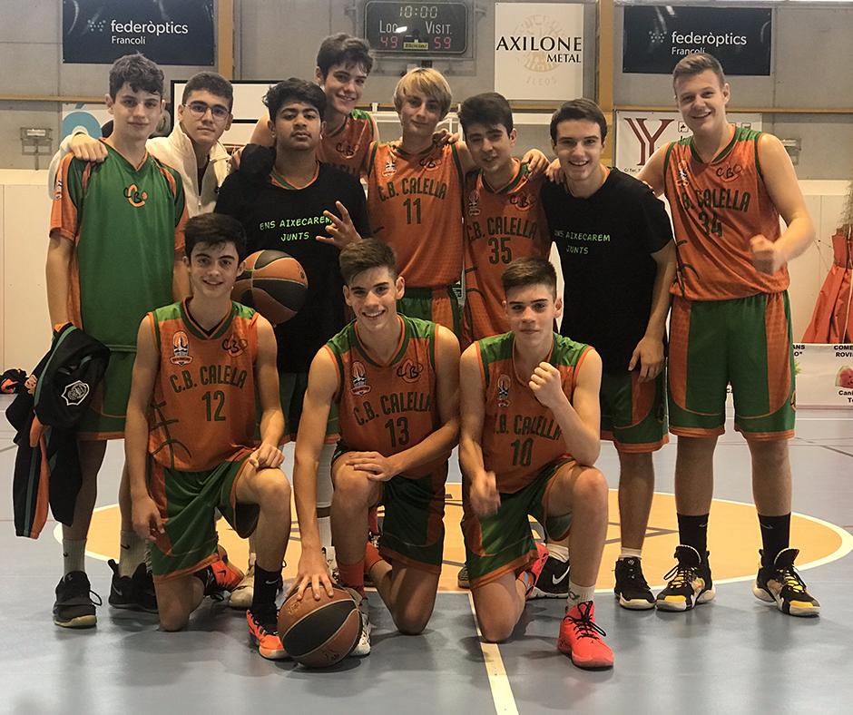 CB Calella - El cadet A celebra la victòria a la pista del Torelló