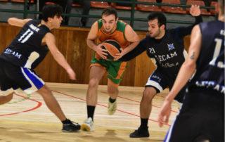 CB Calella - L'Uri Terricabras protegeix la pilota entre dos rivals. Foto: Esther Pujol